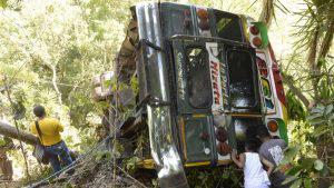 Socorristas recuperan cadáver de mujer que quedó atrapado en bus accidentado en Chiltiupán