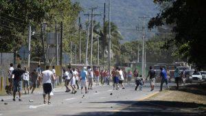 Imágenes de los disturbios entre aficionados del Alianza y del Fas en el desvío a San Juan Opico