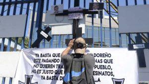 Manifestantes afines al gobierno se concentran frente a la Asamblea Legislativa para protestar contra diputados