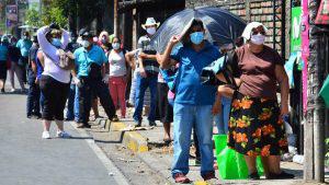 """""""No importa el sol que haya que aguantar"""", aseguran salvadoreños en las filas fuera de los bancos"""