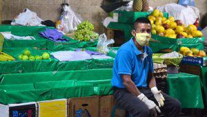 """""""Hay que hacer andar el negocio para vivir"""", vendedores del mercado Central se las ingenian durante cuarentena"""