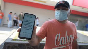 Salvadoreños beneficiados sin poder reclamar ayuda económica del gobierno