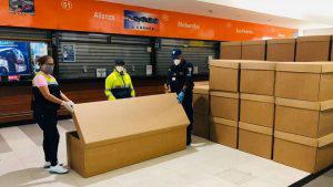 En Ecuador reparten ataúdes de cartón para mitigar la alta demanda por coronavirus
