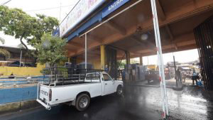 En mercado la Tiendona se instala arco para desinfectar todos los vehículos