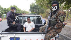 Militares y policías incrementan operativos para retener a personas que no acaten cuarentena