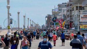 Se liberan de la cuarentena: miles se van a las playas en Estados Unidos
