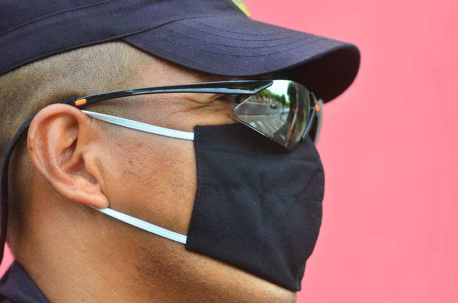 YH Policías con mascarillas en San Salvador