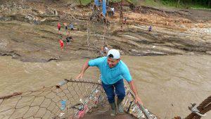 Habitantes de Aguilares y Guazapa tratan de reparar manualmente el puente con lazos, al no contar con ayuda de las instituciones
