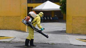 Hombre de 68 años muere en las bancas de la unidad comunitaria de salud en Mejicanos