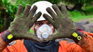 Ni el cansancio ni la preocupación doblegó a los socorristas en la recuperación de las siete personas soterradas