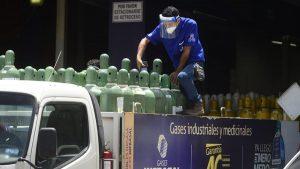 Larga espera para comprar tanques de oxígeno por la pandemia del COVID-19