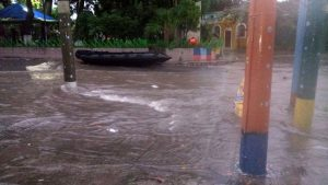Fuertes lluvias inundan una vez más las calles de la Colonia Santa Lucía en Ilopango