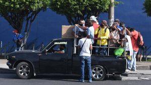 FOTOS: La arriesgada travesía de los salvadoreños para poder trasladarse a sus destinos