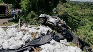Un muerto y dos heridos en accidente de rastra que transportaba paquetes agrícolas