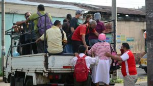 Salvadoreños pagan hasta dos dólares para viajar en pick ups o camiones