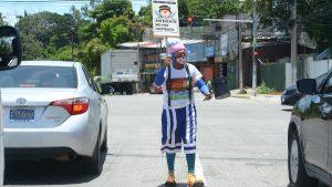 """""""Hemos salido a ganar moneditas para el sustento de nuestros niños"""", El payaso Chupetazo se gana la vida limpiando parabrisas"""
