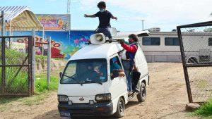 Ante la suspensión del espectáculo, payasos se dedican a vender verduras en las calles de Quezaltepeque