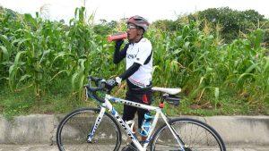 """Una oración, su bicicleta, un casco, se han convertido en los aliados de """"Pipe"""", un salvadoreño que recorre 70 kilómetros por sus medicamentos"""