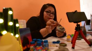 """""""Toda crisis te lleva a renovarte y adaptarte a nuevas tecnologías"""", Debbie Montes da clases de pintura durante la cuarentena"""