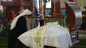 """""""La muerte del padre Cortez nos ha sorprendido y dolido"""", despiden restos de sacerdote asesinado en Zacatecoluca"""