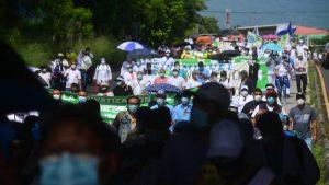"""Trabajadores del ISSS protestan contra supuesto """"plan de privatización"""""""