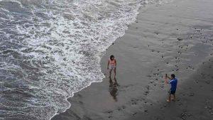 FOTOS: Familias salvadoreñas olvidan el confinamiento al visitar las playas y las montañas del país