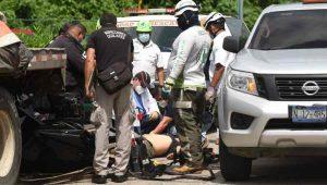 Conductor de ambulancia muere tras impactarse contra una rastra en Comalapa