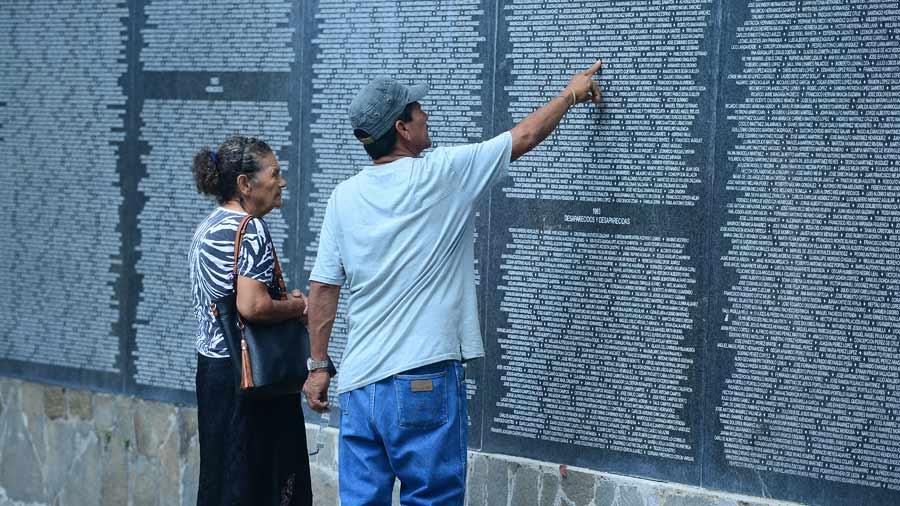 Monumento a las víctimas y desaparecidos en las décadas de los 70 y los 80 en el parque Cuscatlán.