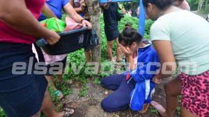 El terrible momento en que familiares reciben las pertenencias de las dos mujeres asesinadas en Coatepeque
