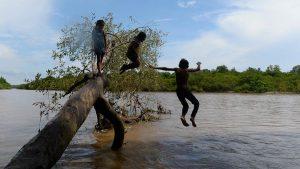 Así viven los niños de una familia sin acceso a internet en Tecoluca