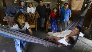 Así sobrevive Karla Martínez junto a sus 7 hijos y su esposo en un caserío abandonado en Tecoluca