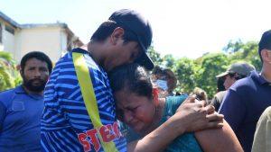 Doce horas de intenso trabajo para recuperar cadáveres de soterrados en deslave de Nejapa, 35 siguen desaparecidos
