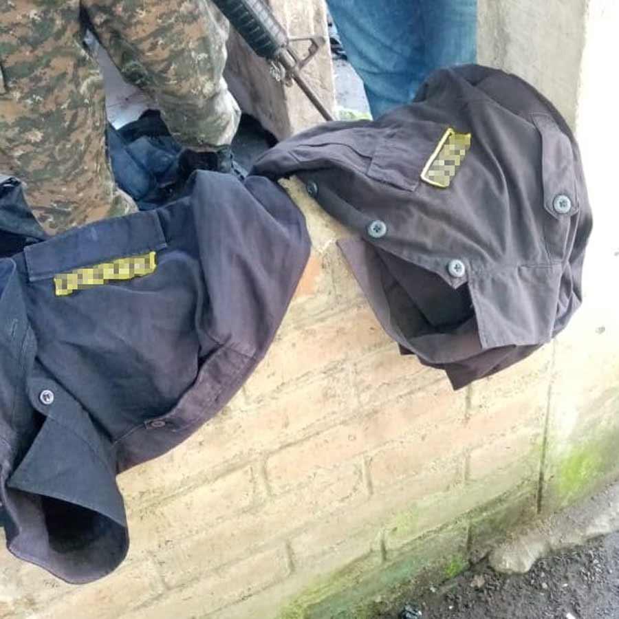 captura con uniformes policiales_03
