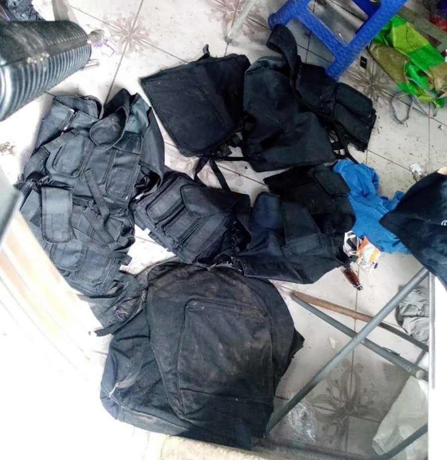 captura con uniformes policiales_04