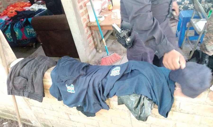 captura con uniformes policiales_05