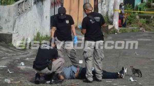 Gatito pasa la línea amarilla y se queda junto al cadáver de un hombre en la colonia San Carlos de Soyapango