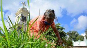 A sus 90 años y con machete en mano, Francisca conmemora a su padre en Ahuachapán