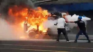 """""""¡Se acabó el carrito!"""", usuario de redes sociales capta incendio de vehículo en el momento exacto"""