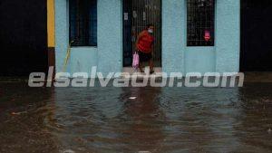 Fuerte lluvia toma por sorpresa a capitalinos en el centro de San Salvador