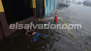 Inundación tras lluvias obliga a mover cadáver de hombre en la zona de La Tiendona