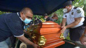 """""""Nos han hecho sufrir con un procedimiento que no entendemos"""", pariente de cabo asesinado reclama a director de la PNC"""
