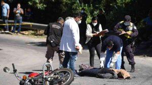 """""""Se murió mi niño"""", madre lamenta la muerte de su hijo en Ciudad Delgado tras colisionar con una pipa"""