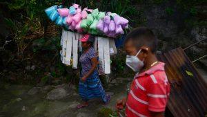 """""""Todos me conocen como la chapina de los algodones de azúcar"""": Joven madre se rebusca para alimentar a sus tres hijos"""