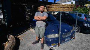 Familia de panaderos se reinventa tras la pandemia al repartir pan en un BMW