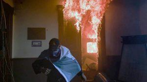 Las imágenes de cuando manifestantes encienden fuego al congreso guatemalteco