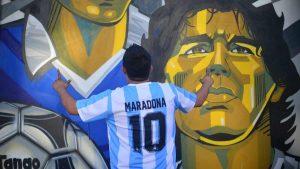 Admiradores de Maradona lo recuerdan en el colorido mural en su honor en El Salvador