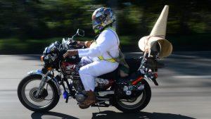 Personajes, decoraciones y cascos curiosos durante la celebración del Día del Motociclista