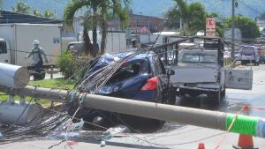 Tráfico pesado por poste del tendido eléctrico que cayó sobre dos vehículos cerca del mercado La Tiendona