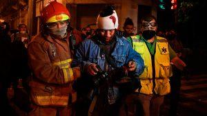 Detenciones, periodistas lesionados y más 60 personas intoxicadas por gas lacrimógeno durante las protestas en Guatemala