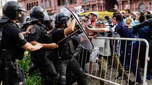 Momentos de tensión entre fanáticos argentinos y policías durante el funeral de Maradona